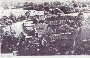 RE-1-Seite11-Alte-Postkarte-mit-Häusergruppe-im-Städtchen